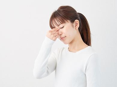 目の疲れは頭痛や集中力の低下など様々な症状を引き起こします!