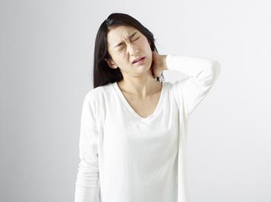 朝起きたら首が痛くて回らない!寝違えは早めの施術で対処が必要です!
